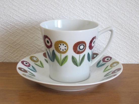 ウプサラエクビー/Upsala Ekeby ベリス/Bellis コーヒーカップ&ソーサー - 北欧食器・北欧ヴィンテージ食器のオンラインショップ Kielo北欧スウェーデンのウプサラエクビー(Upsala Ekeby)社、カールスクルーナ(Karlskrona)窯製造のベリス(Ignis Bellis)シリーズ、コーヒーカップ&ソーサーです。  カップとソーサーに描かれた明るくキュートな花々が目を引くシリーズで、一度見たら忘れられないほどに印象的なデザインです。  カールスクルーナの作品は数自体が少なく希少で人気がありますが、こちらのBellisはそのキュートさから特に人気が高いシリーズです。