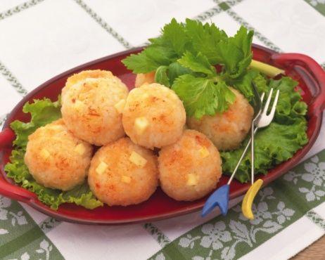 Si quieres preparar un banquete especial y divertido debes preparar estas exquisitas bolitas de Arroz con la que quedarás como reina http://www.vidabanquete.cl/blog/detalle/bolitas-de-arroz-banquete