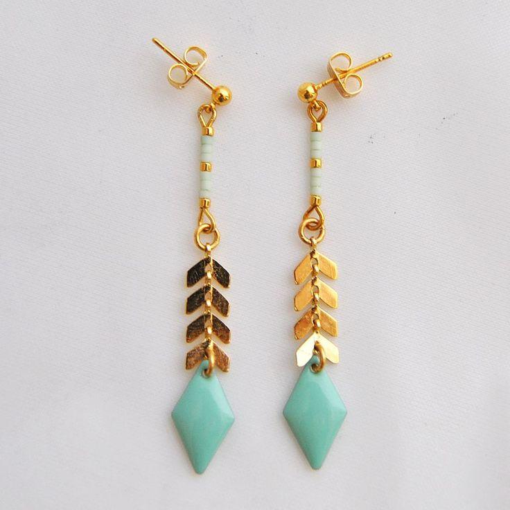 Boucle d'oreille longue avec chaîne en épi en laiton doré, losange émaillé vert menthe et perles Miyuki via Meemosa Design. Click on the image to see more!