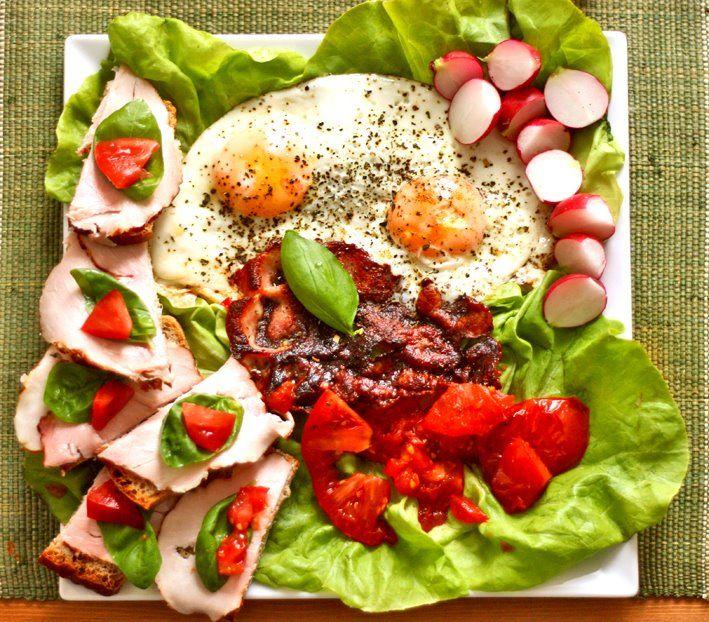 bazylia sok pomarańczowy jajka pomidory czarna śniadanie sałata kawa rzodkiewka szynka