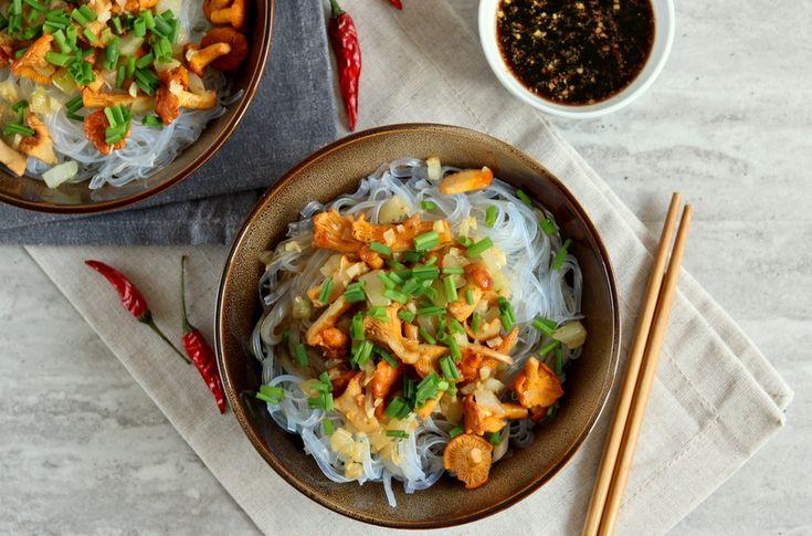 Kurki z makaronem ryżowym podkręcone azjatyckim sosem to istny odlot i świetna opcja na kolację. Danie przygotujecie z kilku składników w 15 minut.