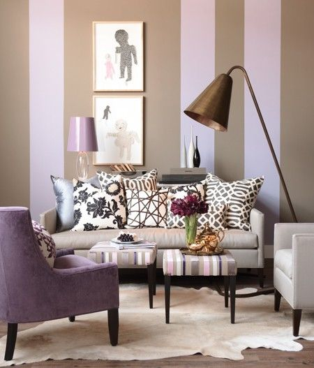 Me encanto que esta sala se ve pequena muy acogedora y el color lila de los muebles como que tiene un color muy calmante y relajante