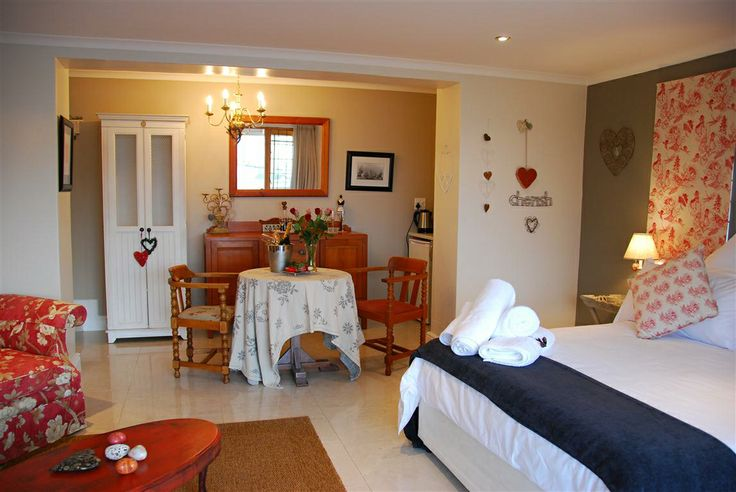 Self catering accommodation, Simon's Town, Cape Town   An overview of the Honeymooners Suite.  http://www.capepointroute.co.za/moreinfoAccommodation.php?aID=439