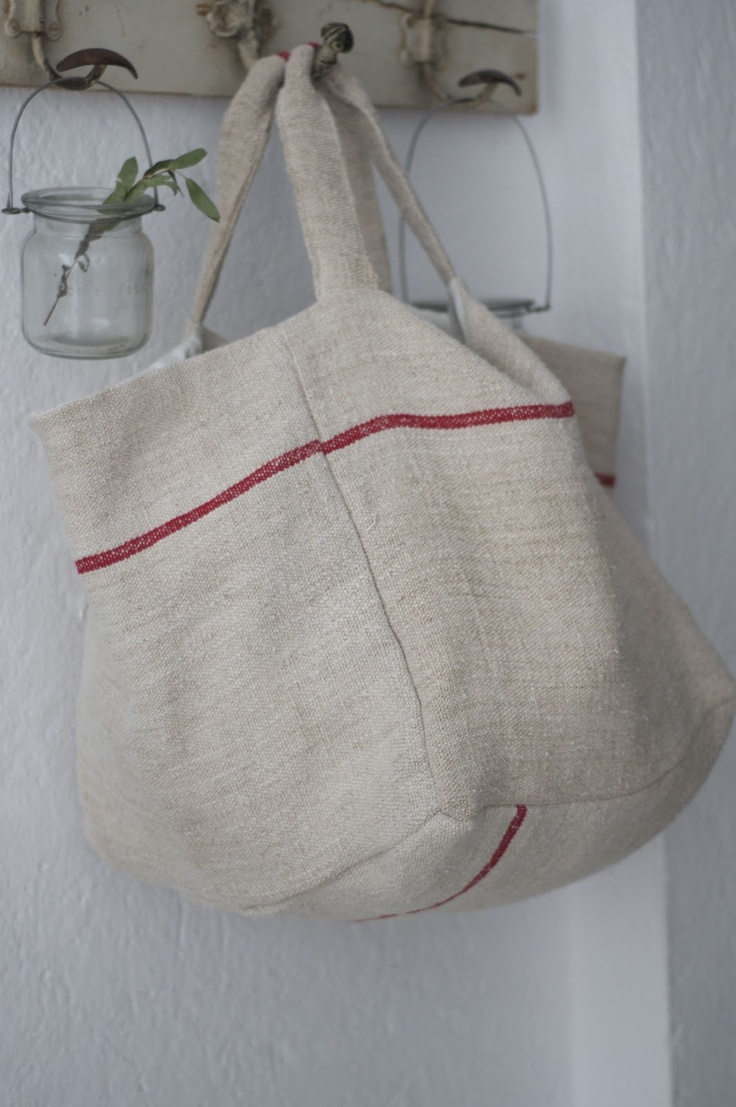 Short strapped wide bag - linen?