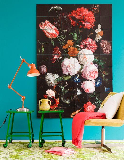 Leçon de style : une grande nature morte de peinture hollandaise en guise de poster sur un mur fluo.