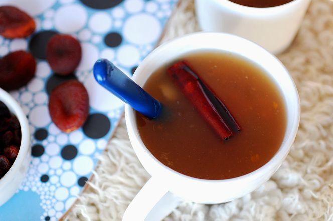 Värmande fruktsoppa. Denna värmande fruktsoppa med aprikos, russin, kanel och citron passar perfekt att hälla upp på termos och ta med ut i skidspåret, pulkabacken eller på långpromenaden. Ger en snabb energikick efter ansträngningen och smakar gudomligt!