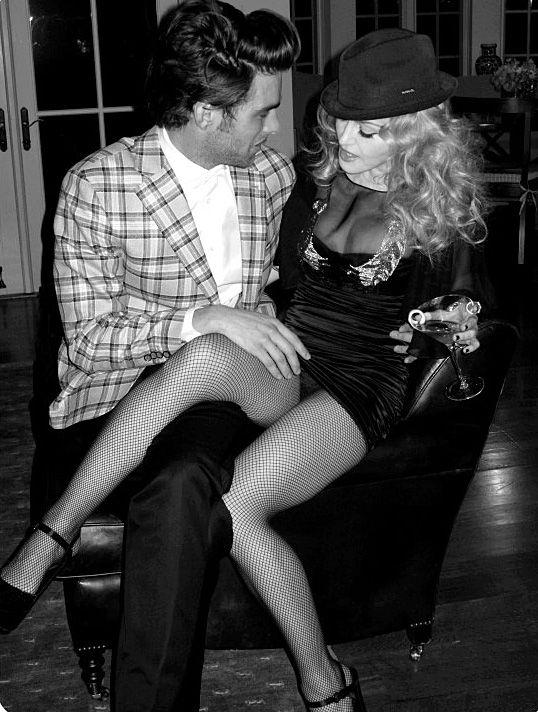 Flagra antigo revela Madonna no chamego com modelo Jon Kortajarena, 2010