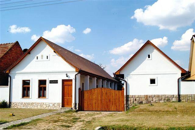 DEJTÁRI TÁJHÁZ - Az 1920-as években épült palóc középparaszti porta két épületből áll. A tornácos lakóépületből és a mellékhelyiségben található magtár, kamra és pincéből. A portán gazdag család élt cselédséggel. A tornácos lakóépületben öt helyiség található: tisztaszoba, előtér, hátsó szoba, szabadkémény és konyha. Forrás: http://www.dejtarifono.gportal.hu/gindex.php?pg=12650948 – itt: Dejtár, Nograd, Hungary