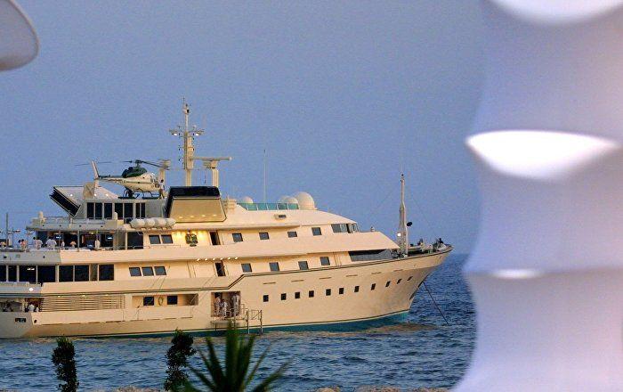 75 mètres carrés, 160 millions de dollars: voici l'un des superbes yachts utilisés par la famille royale saoudienne, qui ne manque évidemment pas une occasion d'en profiter. Vêtus en maillots de bain, ces princes, cheiks et même princesses venus du royaume wahhabite se sont offert des vacances de luxe en mer Égée, annonce le journal Hurriet.
