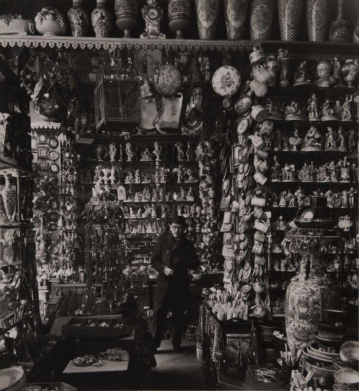 Robert Doisneau.   Saul Steinberg dans un magasin de porcelaine, Paris, mai 1953