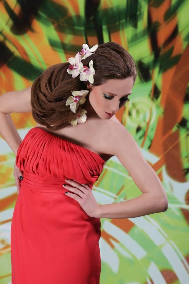 Acconciature creative, linee dalle armonie caotiche, capelli extra, venature di nuances accese che richiamano gli intensi tramonti ai confini di una terra che brulica dei colori del fuoco e dell'argilla, in un caos multicolore, ricordo di paesaggi africani, sul cui sfondo prendono vita le moderne amazzoni della collezione Hair Studio's EtniColor P/E 2014.