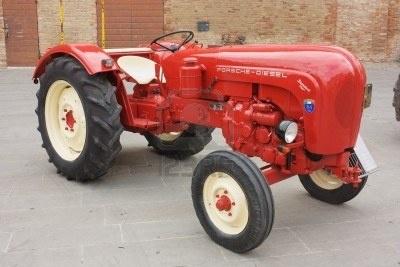 FORLIMPOPOLI, Italia - el 10 de octubre: Exposición de tractores antiguos: exhibición de Porsche de vintage tractor en forlimpopolese de Autunno en Forlimpopoli, Italia, 10 de octubre de 2010.  Foto de archivo - 7973865
