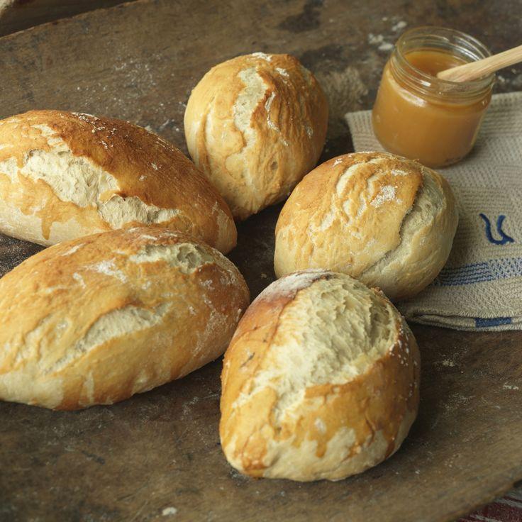 Kuvertbrød med honning smaker deilig som tilbehør til middag. De luftige rundstykkene passer også godt i matpakken, lunsj eller påsmurt til kveldsmat.