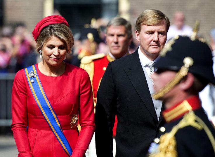 Koningin Máxima draagt een zijden japon met een A-lijn van ontwerper Valentino en een bijpassende haar decoratie van Fabienne Delvigne. Als broche draagt de koningin verder een diamanten broche met parels.Willem-Alexander is gekleed in jacquet.