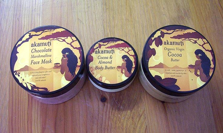 Kakové maslo udržuje pokožku zdravú a hebkú. Pomáha spomaľovať starnutie pokožky, účinne ju zjemňuje a pomáha udržovať jej prirodzenú vlhkosť. Kakové maslo je vhodné pre všetky typy pokožky, najmä však pre suchú, zrelú a citlivú. Nesmieme zabudnúť že kakaové maslo úžasne vonia :)
