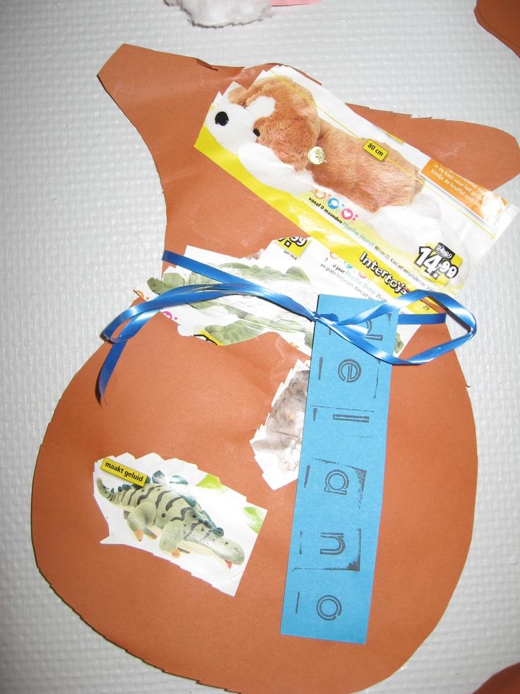 Zak knippen, leuke cadeautjes uitknippen en naam stempelen op een kaartje.