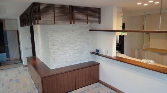 壁面造作|リビング・ダイニング|収納家具、デザイン家具など、造り付け家具なら家具大工ホリイへ  L型のローボードとエアコンルーバー、照明BOX、カウンター。 ルーバーをトメでカットし、スッキリ見えるよう配慮した。 照明BOXも浮いているように見せるため、細い金物で吊った。  面材:天然木合板、ウレタン染色塗装
