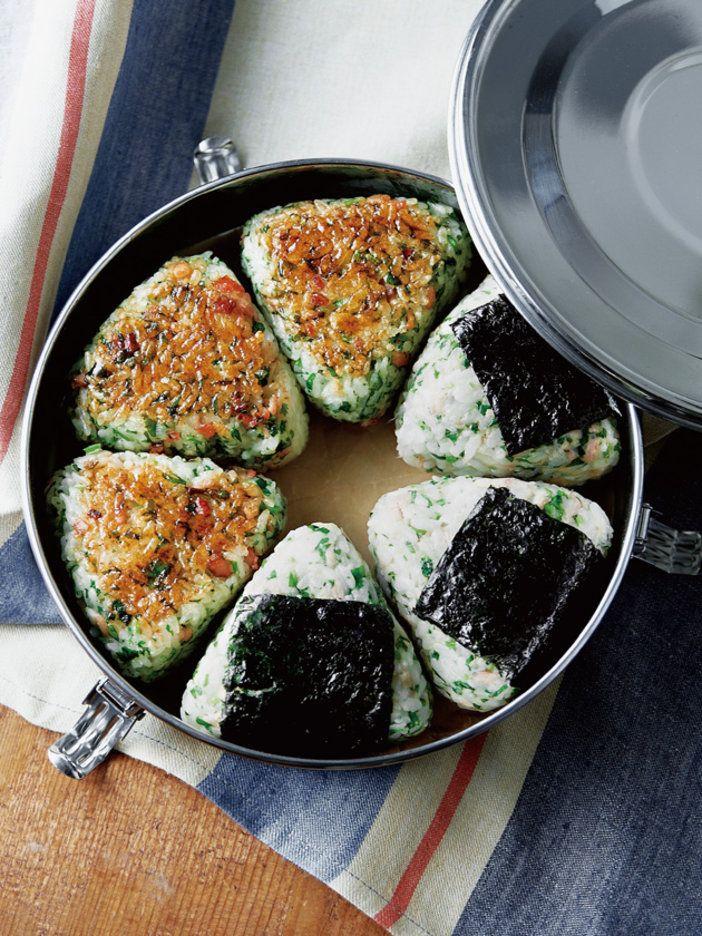 シンプルなおにぎりだとダイレクトなパクチー風味が、焼くと不思議な香ばしさがプラス!|『ELLE a table』はおしゃれで簡単なレシピが満載!