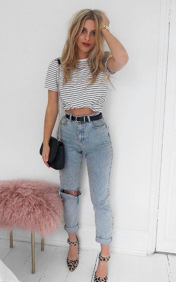 5 Peças jeans favoritas das fashion girl. Blusa listrada, mom jeans com rasgo no joelho, scarpin com animal print