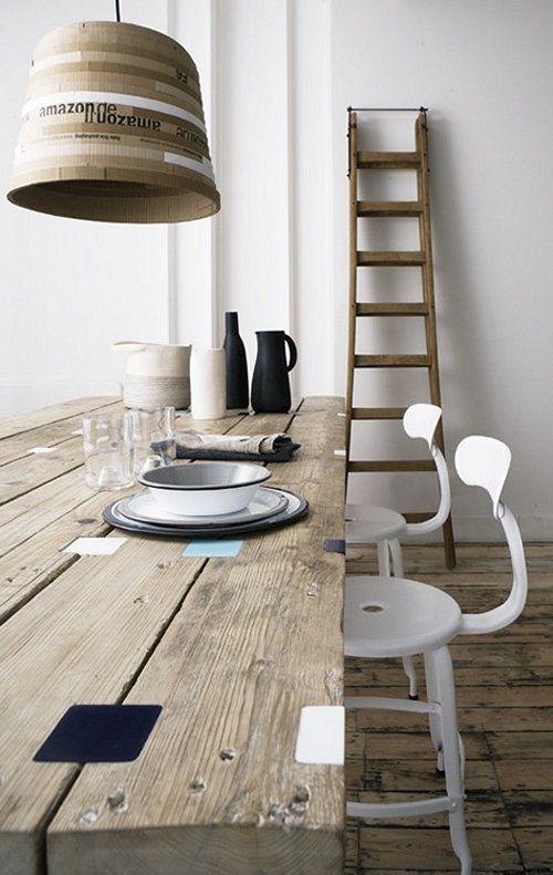 Lange houten tafel.. verschillende stoeltjes eromheen en paar grote lampen erboven