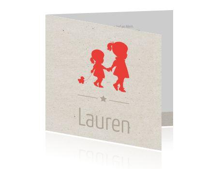 Vintage geboortekaartje met karton kraft achtergrond en silhouet van twee meisjes. Leuk om de geboorte van een zusje aan te kondigen!