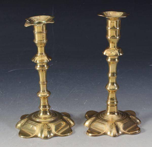 2 rokokkolysestaker i messing, 1700 t. H: 20 cm.