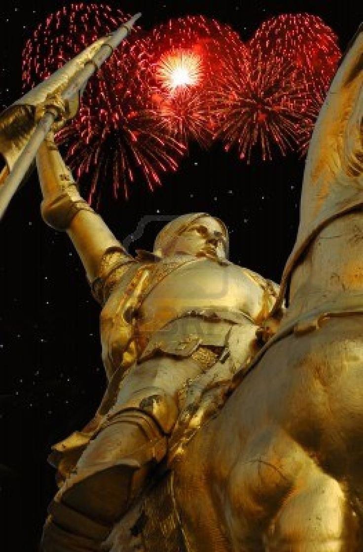 Imagen de tiempo de noche de la estatua de bronce de Juana de arco en la rue de Rivoli en París con fuegos artificiales rojos en segundo plano.  Foto de archivo - 6079740
