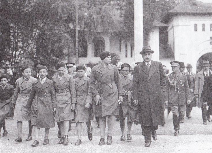 Marele Voievod Mihai si colegii de clasa insotiti de Al. G. Donescu, primarul general al Capitalei, vizitand expozitia din Parcul Carol. Luna Bucurestilor 1935.