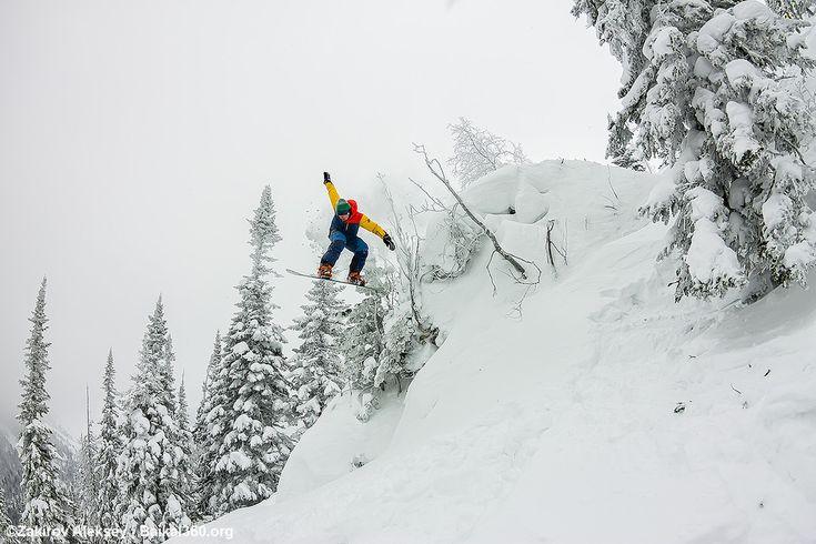 Эээээлвис вышел из здания! Один прыжок, один кадр. выброшенная в сторону рука, почему-то напомнила Элвиса, и это не единственный кадр с легендой.  Фото: Закиров Алексей #mamayfirstsnow2017 #baikal360 #baikal #snowboarding #freeride #russiafreeridecup #siberia #lakebaikal #backcountry #heliski #snowboard #fwt #fwq #mamay #намамаеснеганет #фрирайд #сноуборд #байкал #кубокроссии #горы #зима