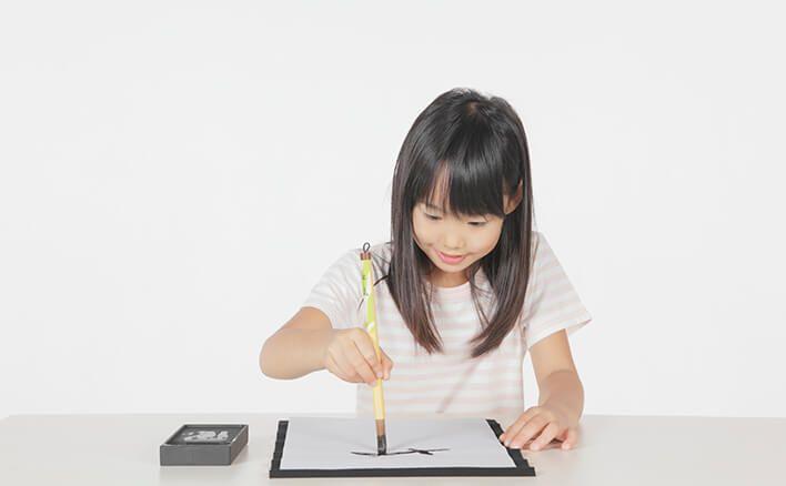 【ベネッセ|書道 書き初め】冬休みの宿題で、お正月の「書き初め」に取り組むお子さまも多いのではないでしょうか。ただ、お子さまが「毛筆は苦手」と感じている場合、保護者のかたはわが子をどのようにサポートしたらよいでしょうか。そこで今回は、書写指導の第一人者・横浜国立大学教授の青山浩之先生に、子どもがやる気になる書き初めのサポート法についてお聞きしました。
