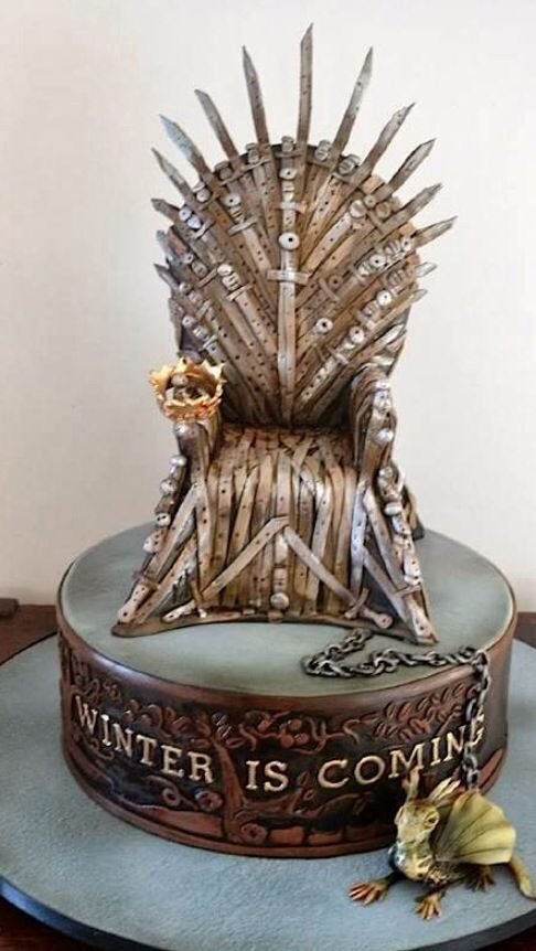 Game of Thrones cake... I couldn't eat this, I'd feel like shit for ruining amazing art.