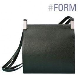 Bevar overblikket: FOYER har rum, som nemt kan overskues fra oven. Den klassiske form - en firkant - understreges med 2 flotte messing-beslag.  Optisk flad selvom den har meget plads. To behagelige skulderremme gør tasken rar at bære.  Standardfarver: sort, rød, vinrød, kastanje, mørkegrå eller sten