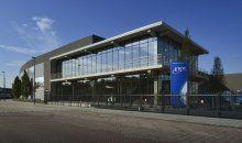 Bijzonder. Dat is het kantoor met bedrijfshallen van MTS Euro Products in Maassluis. Qua ontwerp, lichtinval, interieur en gevelbekleding.