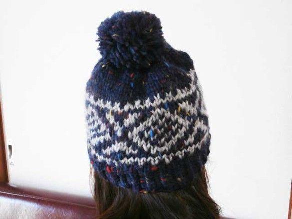 サイズは大人の女性用です。使用毛糸は、写真のとうりです。赤、青、黄色のツイードのネップが、かわいいアクセントになっています。ざっくりとした、暖かいニット帽です...|ハンドメイド、手作り、手仕事品の通販・販売・購入ならCreema。