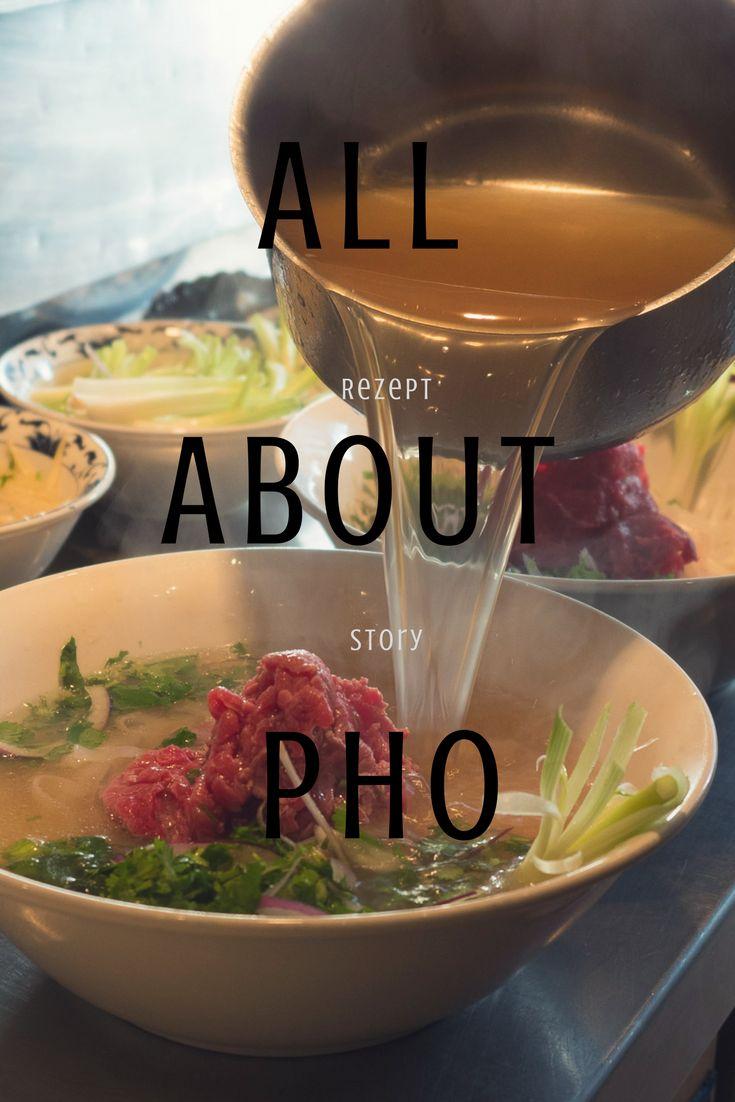 Die Pho Bo Saigon ist die üppigere und stärkere gewürzte Variante der Pho Bo Hanoi mit weiteren Gewürzen wie Gewürznelken, Koriander- und Fenchel-Samen ergänzt, was die Suppe aromatischer und kräftiger, aber auch etwas süßer macht. Zusätzlich serviert man einen großzügig bestückten Teller mit frischen und aromatischen Kräutern, die man in die Suppe tunkt. pho suppe rezept, pho bo vietnam,  #phobo