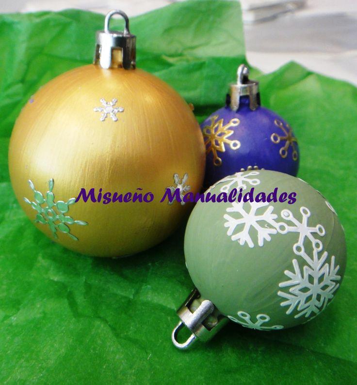 """Decoramos bolas de navidad con los niños con pintura acrílica y pegatinas """"peel-off"""".  www.misuenyo.com / www.misuenyo.es"""