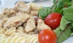 Ca 3-4 personer. Färsk pasta 2dl grädde 2dl creme fraiche 5-6färska champinjoner smör 300gram Skinka/kassler 1 msk köttfond 1 dl mjukost t.ex kavli ev. lite redning (vatten och mjöl) salt &peppar Gör så här: Koka pastan enligt anvisningar på förpackning. Bryn strimlad skinka &den skivade svampen i smör så … Läs mer
