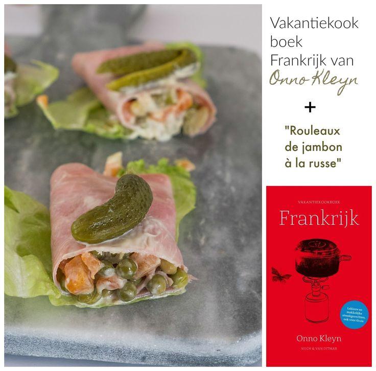 Vakantiekookboek Frankrijk van Onno Kleyn + Rouleaux de jambon à la russe  - Recensie + koude voorgerecht - Goed nieuws voor de vakantieliefhebbers van camping of appartement. Onno Kleyn heeft 3 vakantiekookboeken uitgebracht. Een vakantiekookboek Italië, een vakantiekookboek Spanje en een vakantiekookboek Frankrijk. Onno Kleyn is al ruim dertig jaar culinair en wijnjournalist. Onno Kleyn is bekend door zijn vaste rubrieken in de Volkskrant en heeft al zo'n veertig boeken op de markt uitg...