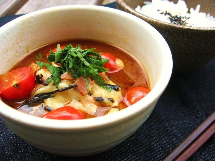 とろ~りチーズとベーコンのお出汁が効いたちょっと洋風なお味噌汁。 ひじきとトマトは一緒に摂ると栄養の吸収もよく相性抜群☆
