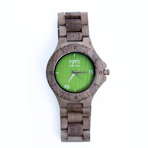 Dit stoere Nederlandse houten herenhorloge is van 1915 Watches en komt uit de Summer collection 2016. Het horloge is gemaakt van duurzaam walnoothout gecombineerd met kleurrijke wijzerplaat, leverbaar in fris groen, zonnig geel en zomers oranje.  Verder is het horloge voorzien van de stijlvolste wijzers en heeft een roestvast stalen klapsluiting.  Dit horloge van 1915 Watches is voorzien van een Seiko PC32 quartz uurwerk en is spatwaterdicht.