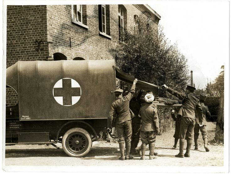 Casualty arriving at a field ambulance [La Gorgue, France]. Photographer: H. D. Girdwood. | por The British Library
