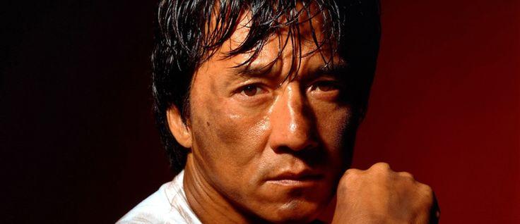 http://mundodecinema.com/jackie-chan/ - Jackie Chan naceu a 7 de abril de 1954, em Hong Kong, na China, tendo sido batizado pelos pais não com o nome pelo qual é hoje reconhecido mas sim como Chan Kong-sang. Durante a sua infância, começou a praticar artes marciais e entrou no Chinese Opera Research Institute para estudar artes cénicas. E é na China que fica quando os pais decidem deixar o país para começar novos empregos na Austrália.