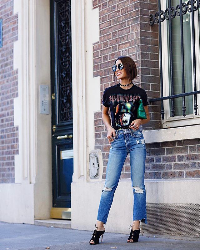 Loving this weather! Casual vibes, for a day of fittings for the upcoming shows! Wearing @givenchyofficial Tshirt,  @motherdenim jeans & Gianvito Rossi mule! @fwrd #PFW -------- Vibe descolada para um dia de fittings (provas de roupa) para os desfiles da semana! Jeans, Tshirt e mule - combo casual e moderninho que adoro! #look #fhitsparis @fhits