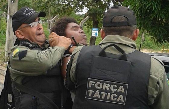Grupo A Irmandade filmava imagens de uma abordagem policial.