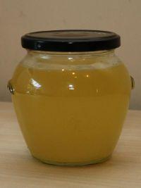 Zelfgemaakte citroen geurazijn , ideaal als ecologische wasverzachter.