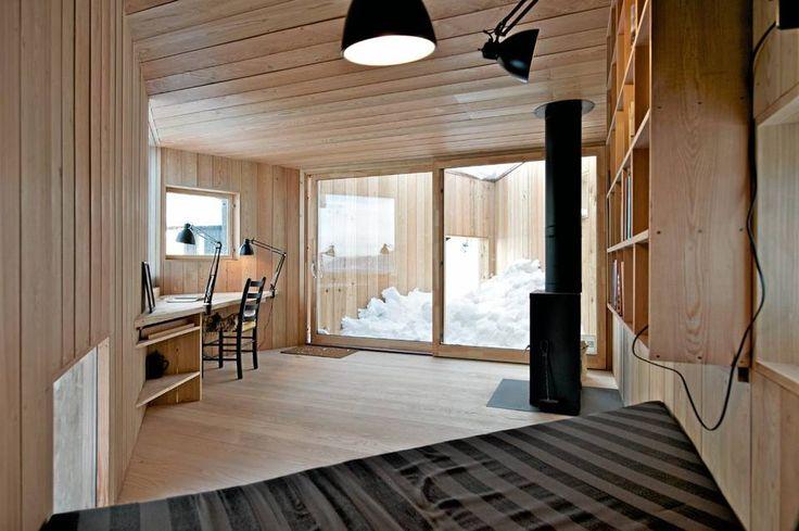 ET FREDLIG STED FOR SKRIBENTEN: Interiøret er renlinjet, enkelt og elegant. Legg merke til de store vinduene som åpner stuen mot det indre, skjermete gårdsrommet. Bakerst et lite gløtt av inngangsportalen til gårdsrommet og huset. Åpningen er bare 1,4 m høy og du må bøye deg for å komme inn i dette forrommet, hagen uten grønt. Slike lave inngangsportaler ser vi også i norske middelalderhus.