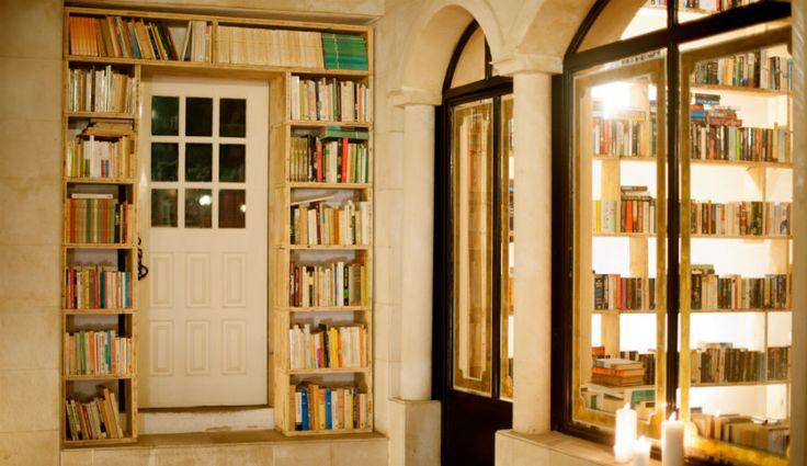 """http://mundodelivros.com/hoteis-literarios/ - Livros e uma cama: é esta a proposta feita por um hotel literário em Tóquio, no Japão. Para qualquer leitor, esta é sem dúvida uma excelente combinação. No site deste hotel, chamado Book and Bed Tokyo, lê-se na apresentação o seguinte: """"Não temos colchões confortáveis, almofadas fofas ou leves e quentes edredões. O que oferecemos é uma experiência enquanto lê um livro (ou uma banda desenhada)""""."""