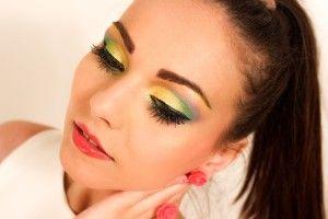 Kolorowy mejkap, cechy makijażu na imprezę, http://akademiaurody.o12.pl/cechy-imprezowego-makijazu/