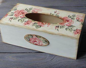 Caja de madera del tejido. Soporte para papel higiénico. Caja de la servilleta. Color de rosa. Estilo shabby chic.