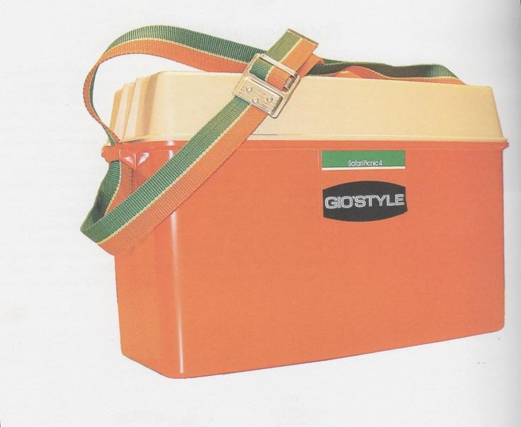 Borsa frigo, della serie Safari, GiòStyle,1980. I colori tipici erano arancione e marrone. Fu un vero best seller di quegli anni anche grazie alla nascita del Moplen.